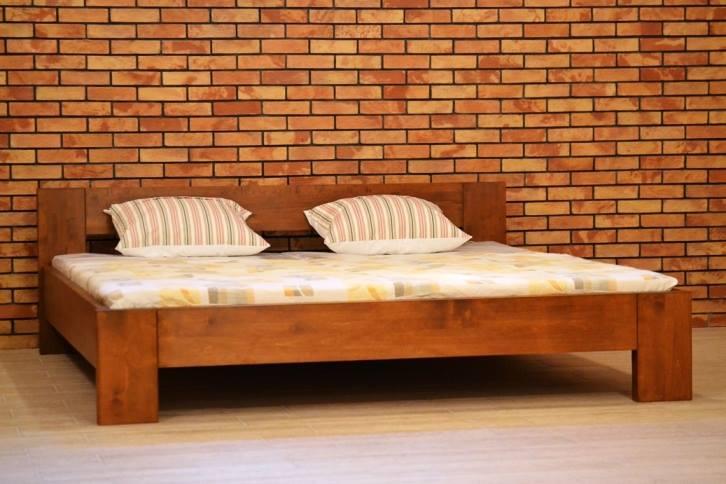 Elegantná hranatá posteľ z dreva